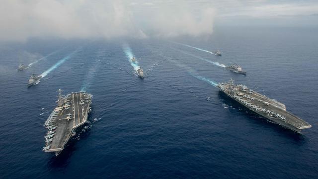 美国海军双航母编队逼近南海巡航