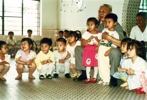 1993年5月寇庆延同志视察省水电二局时与幼儿园小朋友在一起