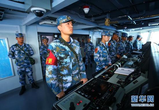 7月8日,导弹驱逐舰合肥舰操纵指挥部位官兵操纵舰艇。新华社记者 查春明 摄