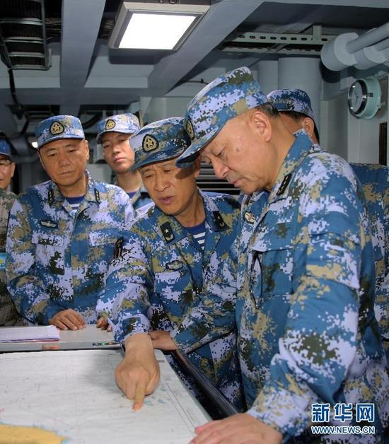 7月8日,海军党委常委领导集体参加演习并现场指导。新华社记者 查春明 摄