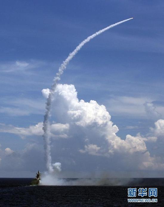 7月8日,导弹护卫舰发射防空导弹。新华社记者 查春明 摄