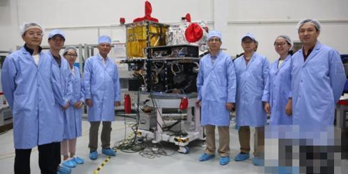 通信卫星团队合影,8月份我们将看到它升入太空的消息