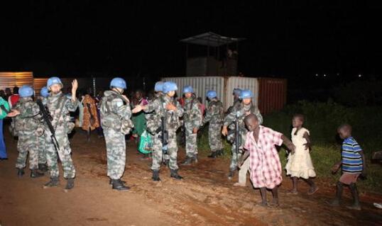 中国维和部队在南苏丹护送难民前往安全区域