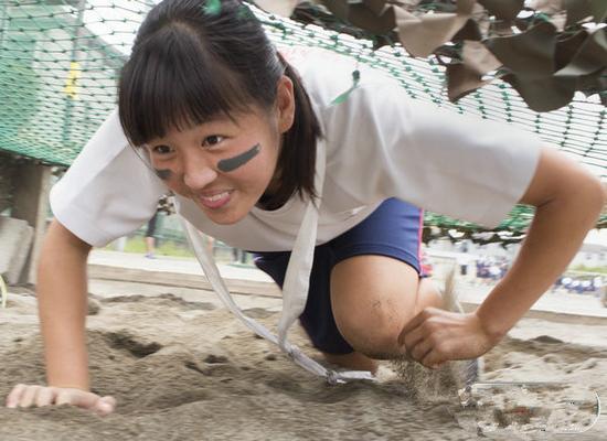 图为日本女中学生进行障碍训练。