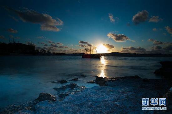 图为来自网站的南海纪实栏目照片,夕阳下的三沙赵述岛海岸景色。