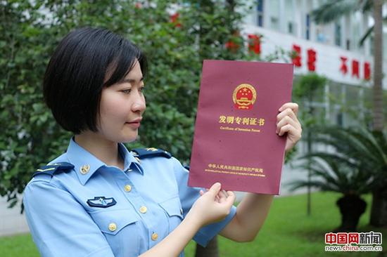 劉卓韜展示發明專利證書