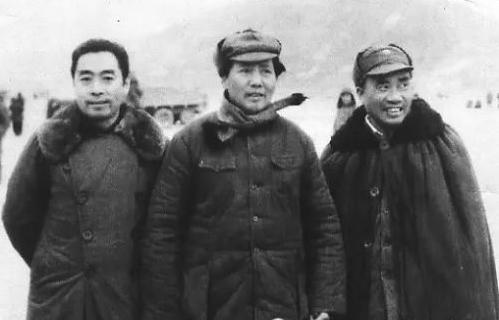 毛泽东(中),周恩来(左)与朱德(右)