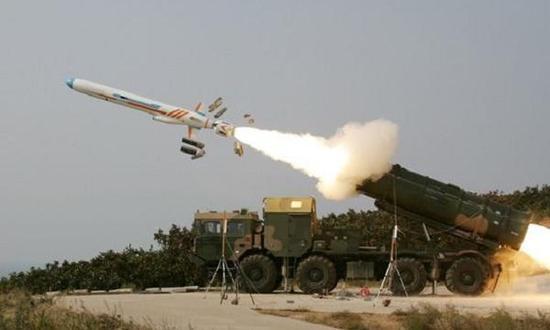 国产YJ-62导弹,可以看到伸出的进气道