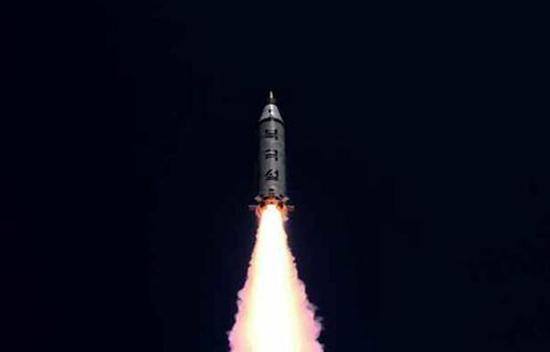 该国5次成功的核爆中,两次是在最近8个月内进行的。与此同时,军方前所未有地发射了21枚弹道导弹――是朝鲜此前发射总量的4倍多。