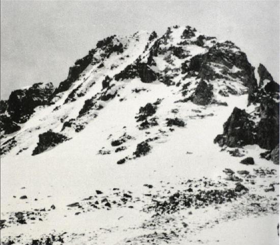 这是红军长征时经过的雪山——川康边界的夹金山(资料照片)。新华社发