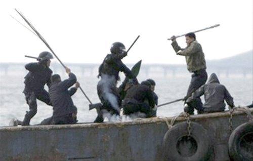 韩国海警与中国渔民搏斗