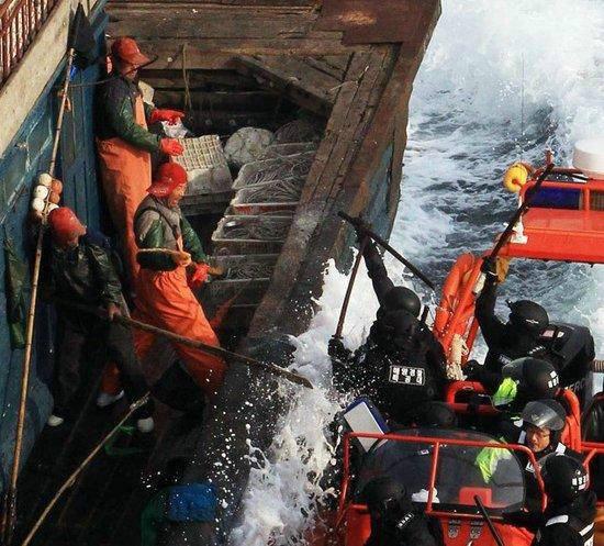 原文配图:中韩渔业纷争不断,中国渔民常与韩海警发生冲突。