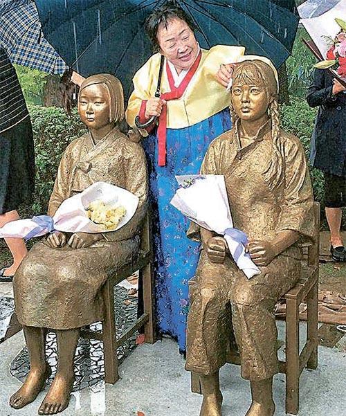 10月22日,我国首个韩中慰安妇少女像在我国上海师范大学文苑楼落成。