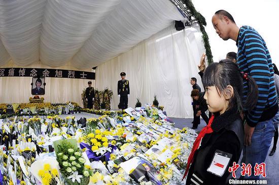 18日下午,余旭烈士的公祭在四川崇州市体育中心举行,余旭的战友、亲属、母校师生以及社会各界人群陆续前来献花、祭奠。