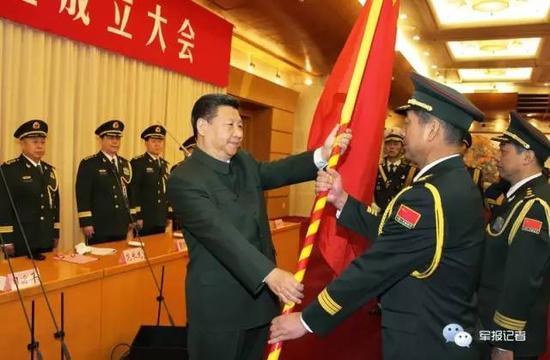 习近平将军旗郑重授予西部战区司令员赵宗岐、政治委员朱福熙。