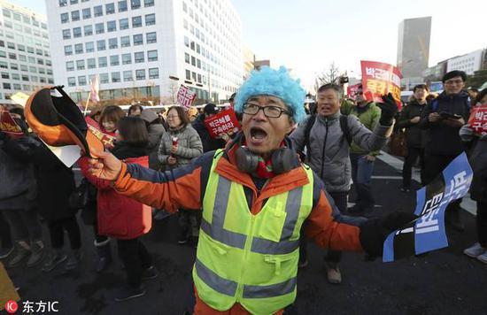 当地时间2016年12月9日,韩国首尔,韩国国会投票表决通过总统朴槿惠弹劾案,民众欢呼庆祝。