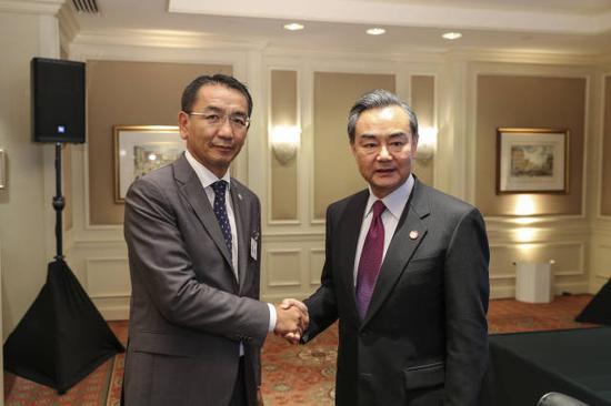 王毅(右)和蒙古国外交部长蒙赫奥尔吉勒(左)