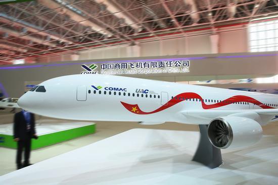 据俄罗斯卫星网12月20日报道称,俄《新闻报》发布消息,中俄远程宽体飞机性价比超过波音787梦想飞机和空客350。2045年前计划出售800架飞机,销售额超过1000亿美元。   俄罗斯联合航空集团和中国商用飞机有限责任公司(COMAC)的代表,于6月25日在北京签署了关于开发、生产和销售远程宽体飞机联合企业的协议。   据该报援引该项目可行性研究报告指出,首份飞机合同计划于2019年签署,首飞计划在2023年,预计将在2026年开始供货。   可行性研究报告中指出,远程宽体飞机的效率将比波音787