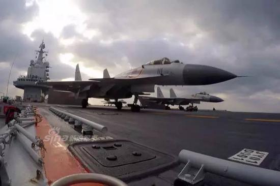 在西太平洋训练的辽宁号航母