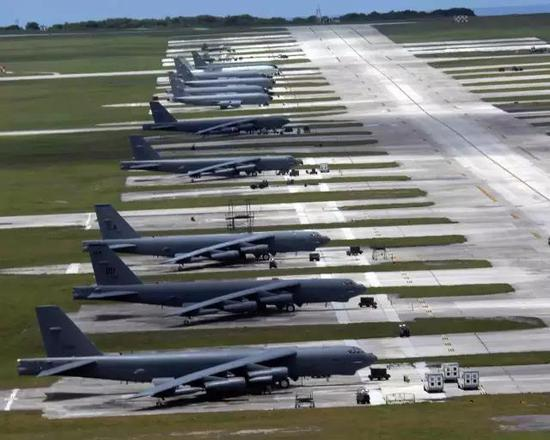 关岛最重要的目标就是部署在安德森空军基地的战略轰炸机群。图为B-52轰炸机群
