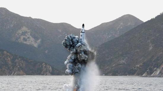 """资料图:朝鲜试射""""北极星""""潜射导弹"""