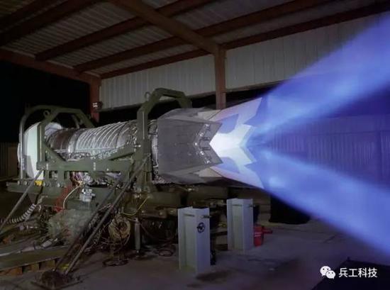 图注:F-22的发动机尾喷是俯仰摆动