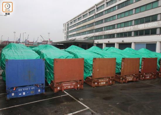 港媒记者表示,直至去年12月30日,还看到装甲车停放在露天仓库上