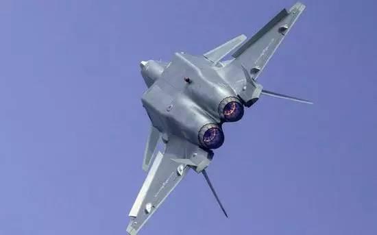 展示超级机动能力的歼-20