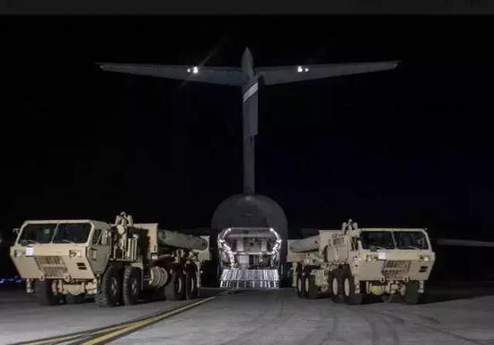 """深夜运抵韩国的""""萨德""""反导系统发射车"""