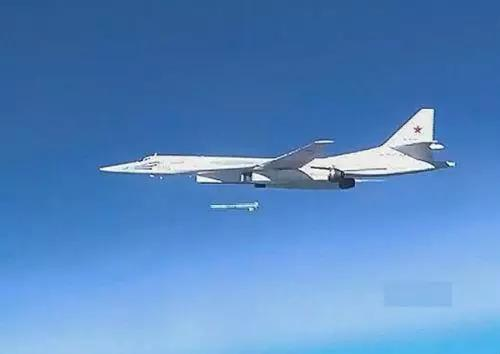 正在空中发射巡航导弹的图-160轰炸机