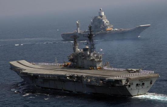 """印度的""""双航母编队"""",然而图中下方的""""维拉特""""号已于近期退出印度海军现役"""