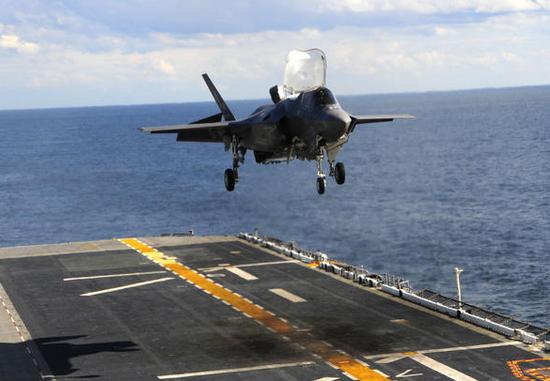 """F-35B正在""""黄蜂""""号上进行降落试验,注意甲板上的烧灼痕迹"""