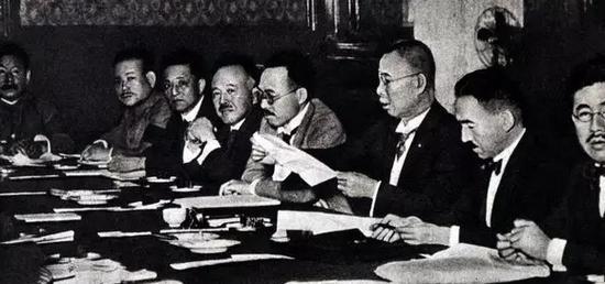 """1927年6月27日至7月7日,日本首相田中义一在东京主持召开""""东方会议"""",制定《对华政策纲要》,确立先占领中国东北、内蒙古进而侵占全中国的侵略扩张政策。图为会议现场。"""