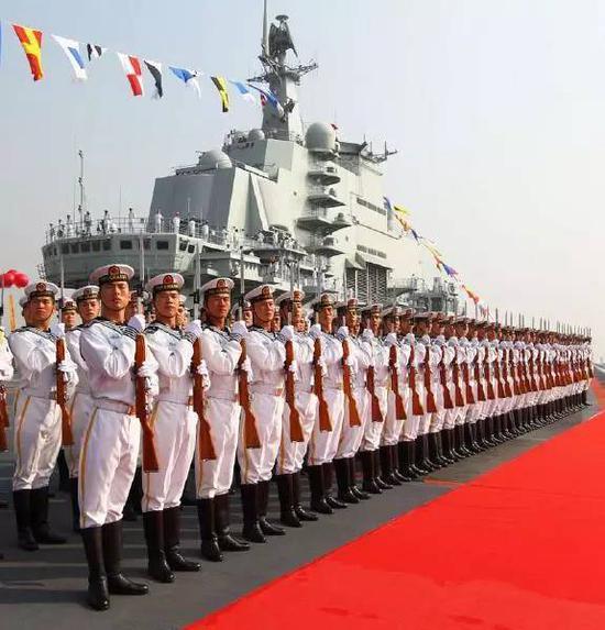 17号山东舰上将铺满红地毯等待最高层检阅