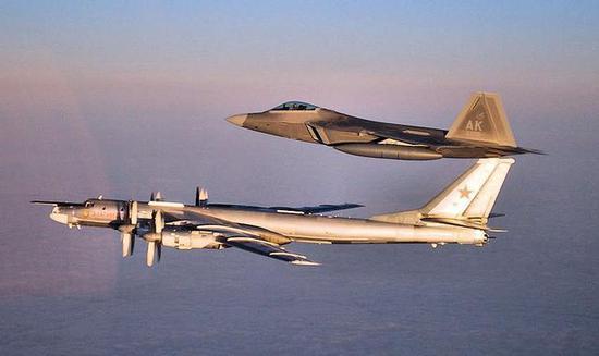 资料图:F-22拦截俄图-95轰炸机