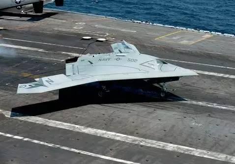 在航母上进行X-47B无人机弹射试验