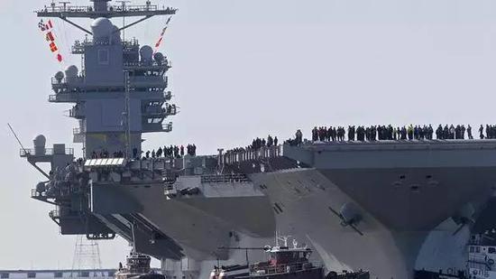 """正在紧张试验中的""""福特""""号驶入码头"""