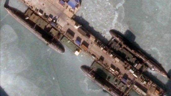 据称是成批下水的093B型攻击核潜艇准备交付