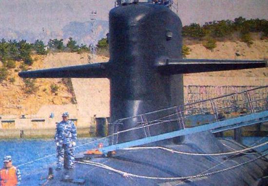 093B型攻击核潜艇围壳后有凸起的导弹垂直发射舱段