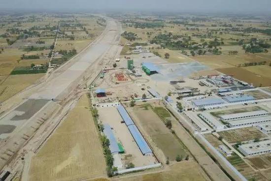 中巴经济走廊最年夜交通基本设备名目已现雏形。图为4月21日在巴基斯坦木尔坦四周用无人机拍摄的白沙瓦至卡拉奇高速公路(木尔坦至苏库尔段)名目施工现场。