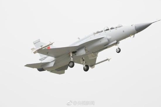 枭龙双座战斗教练机在成都首飞成功