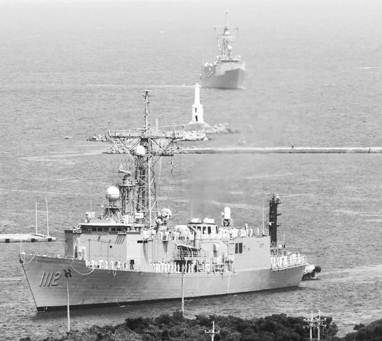 """两艘""""佩里""""级护卫舰13日抵达高雄。"""