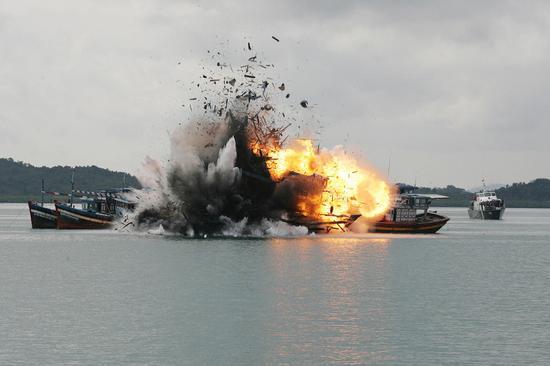资料图:印尼海军炸沉外国渔船