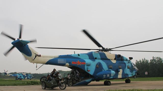 人车一体!解放军直8直升机搭载摩托车快速机动