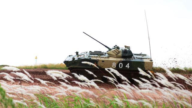 中国第一款伞兵战车!ZBD03大秀机动上演草上飞