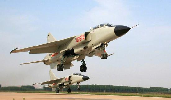 """北海舰队航空兵装备的歼轰-7A""""飞豹""""战斗轰炸机。"""