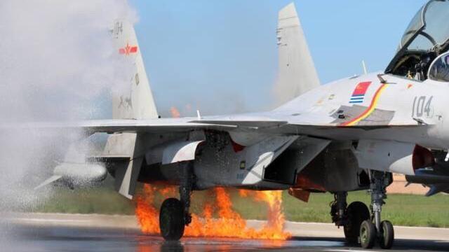 解放军飞行员创奇迹!歼15发动机起火成功迫降
