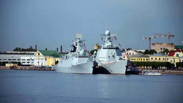 直观看出大小差别!中国054A舰和052D舰并列