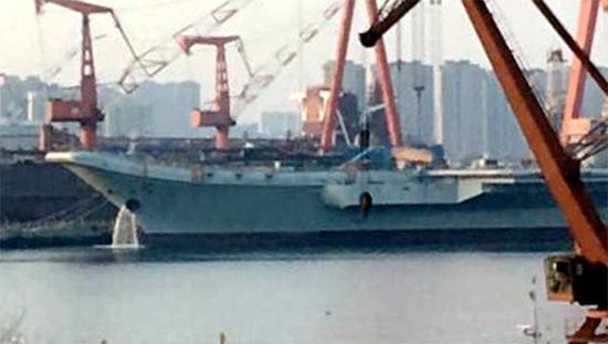 国产航母舰艏开始排水