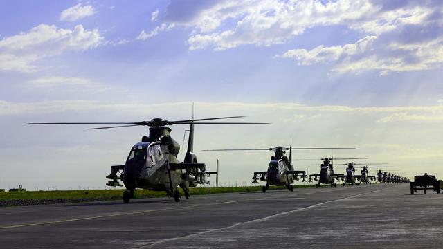 解放军陆航大阵势!直19武装直升机也大象漫步